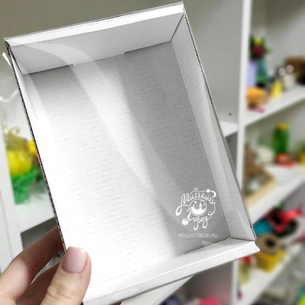 белая коробка с прозрачной крышкой